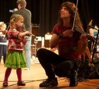 Mark Wood  with small  girl violinist.jpg (200x180)